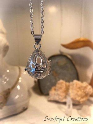 Halsband med oval öppningsbar berlock
