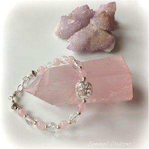 Exklusivt armband med rosenkvarts och facetterade bergkristaller
