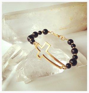 Armband med onyx och guldkors